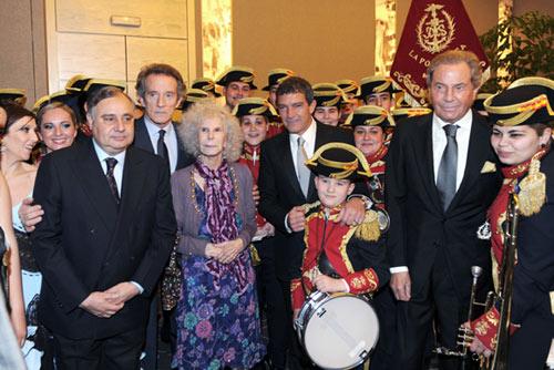 la duquesa de alba y antonio banderas premiados por engrandecer la semana santa de marbella