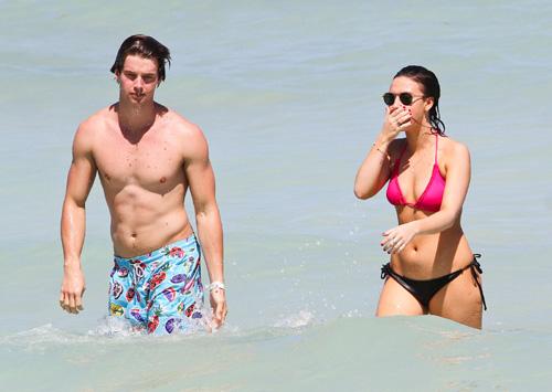 Patrick Schwarzenegger presume de abdominales y armas de seducción en las playas de Miami