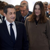 Discreto segundo plano y look informal, la imagen de Carla Bruni en los mítines de Nicolás Sarkozy