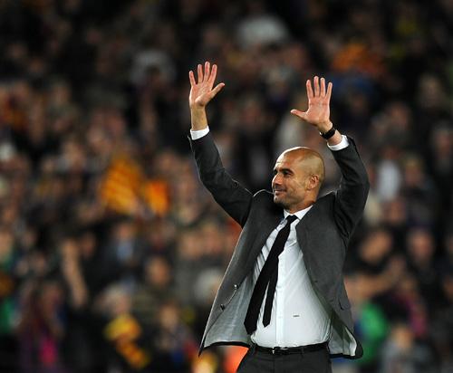 Pep Guardiola se despide del Camp Nou arropado por su mujer y sus hijos