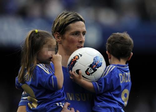 Fernando Torres presume de hijos en el terreno de juego tras su última victoria