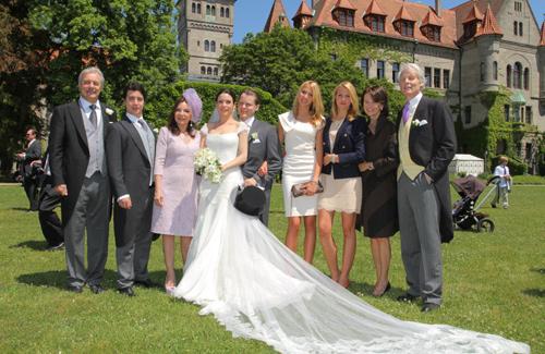 Fotografía familiar de los recién casados