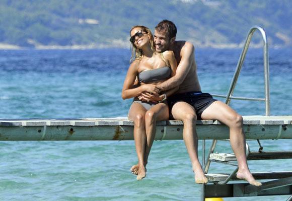 Rafael y Sylvie van der Vaart, besos y sonrisas en la orilla del mar