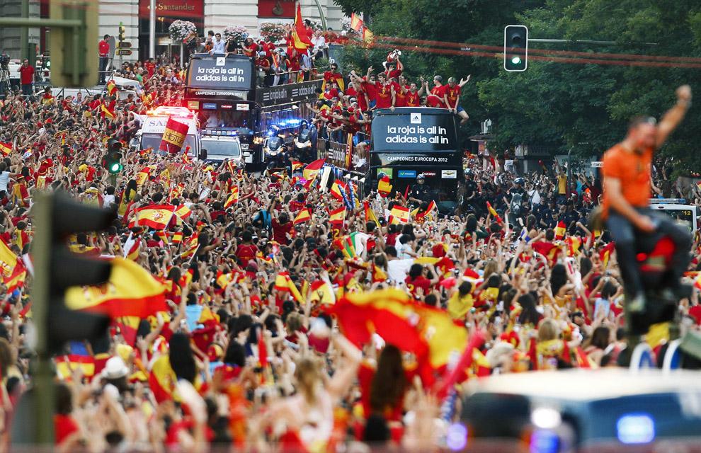 'La Roja' festeja por las calles de Madrid la conquista de la Eurocopa