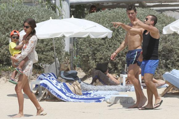 Cristiano Ronaldo olvida su derrota en la Eurocopa en compañía de su hijo y de su novia, Irina Shayk