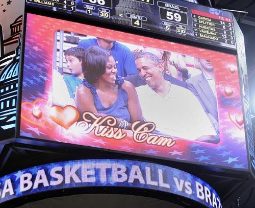 ¡Que se besen! Los Obama, pillados por la 'Kiss Cam' de un partido de baloncesto
