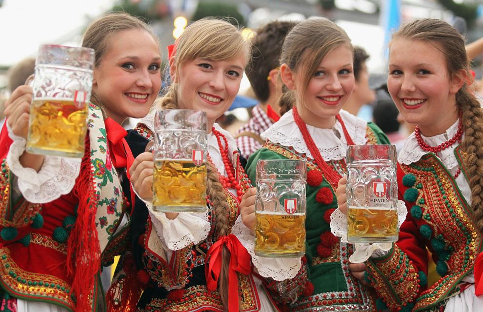En el Octoberfest lo normal es que no falte la cerveza y la comida típica  alemana c7b7b1fc6e3