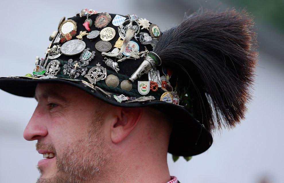 Los más originales decoran sus sombreros con numerosos pins y escudos cd608692885