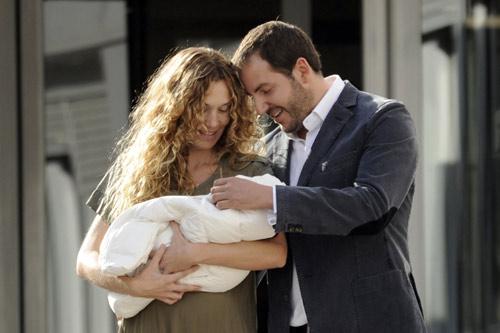 Borja Thyssen y Blanca Cuesta abandonan el hospital con su tercer hijo, Enzo