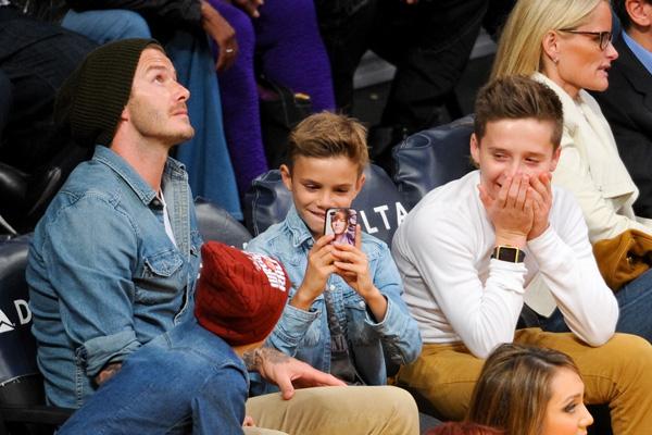 ¡Tarde de chicos! El clan Beckham se va al baloncesto