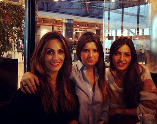Mientras sus chicos juegan al fútbol... Sara Carbonero, Nagore Aramburu y Marta Ponsati van de compras