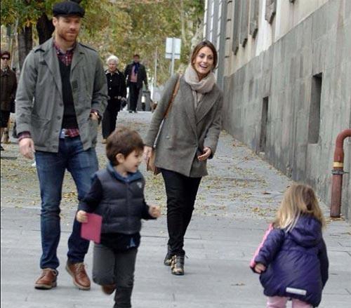 Xabi Alonso y Nagore Aramburu con sus dos hijos: el bello retrato de una familia feliz