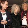 La Duquesa de Alba visita una mercadillo solidario antes de celebrar sus segundas navidades al lado de Alfonso Diez