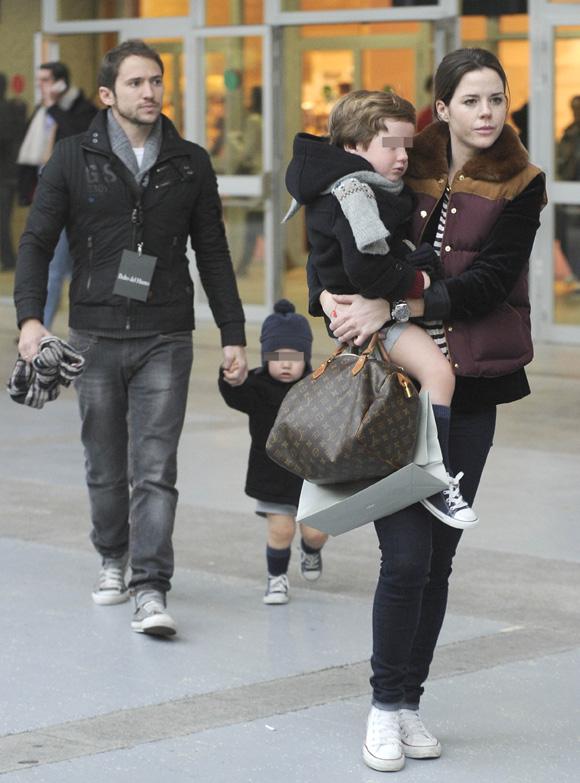 Amelia Bono y Manuel Martos se 'comen' a besos a sus hijos