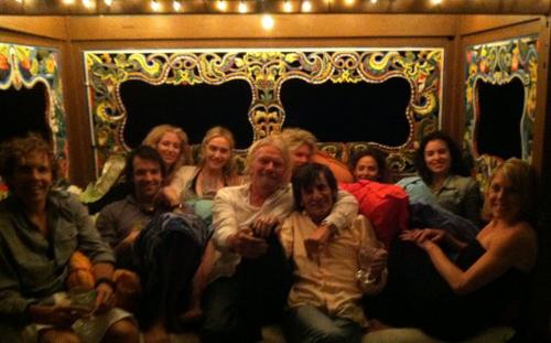 Richard Branson se lleva a su isla a su peculiar grupo de amigos: Kate Winslet, Ronnie Wood, Rachel Hunter y David Hasselhoff