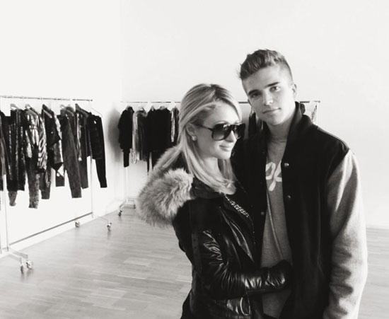 Paris Hilton acompaña a su novio, el modelo español River Viiperi, a la pasarela 080 Barcelona