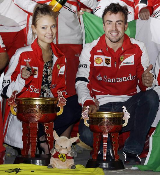 Fernando Alonso amplía su leyenda con el apoyo de su talismán, Dasha Kapustina