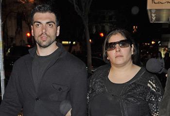 Zeus y Thais Tous, muy unidos en el funeral por su madre, Sara Montiel, en Madrid