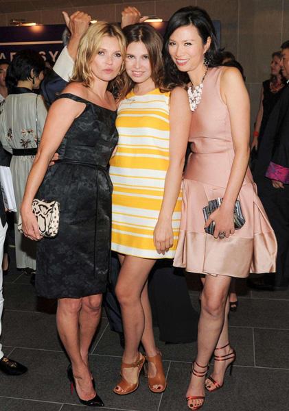 Un mes después de dar a luz, Dasha Zhukova, novia de Abramovich, causa sensación en una fiesta junto a Kate Moss y Wendi Murdoch