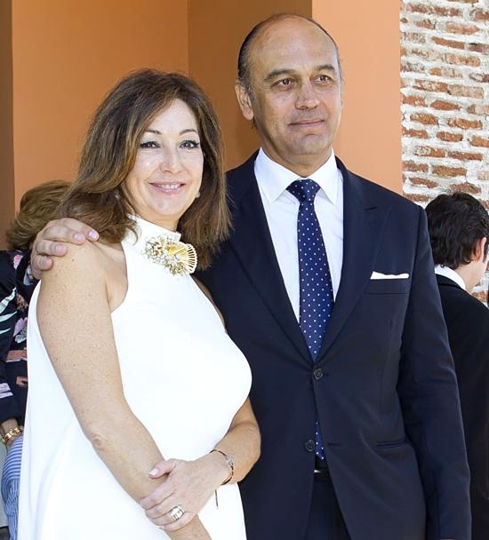 Los mellizos de Ana Rosa Quintana y Juan Muñoz reciben la primera comunión