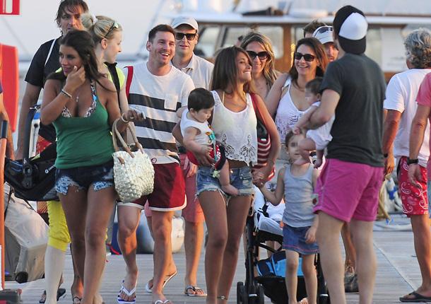 Los bebés de los futbolistas disfrutan de las playas de Ibiza a