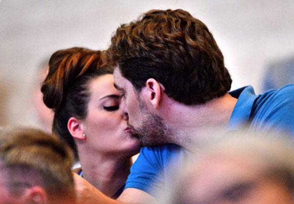 Pau Gasol y Silvia López, besos en el baloncesto... y en la natación