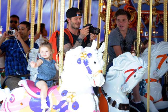 Harper Beckham, una pequeña princesa en Disneyland