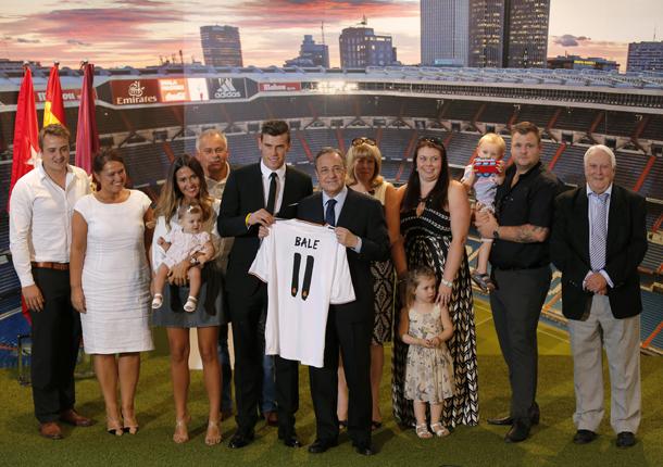 Gareth Bale se presenta como jugador del Real Madrid con el visto bueno de su numerosa familia