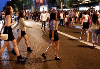 Looks a la última, cócteles, regalos... El espíritu 'fashion' inunda las calles de Madrid