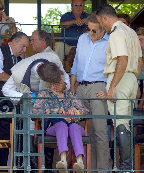 El cariñoso encuentro de la Duquesa de Alba y la infanta Elena en la hípica