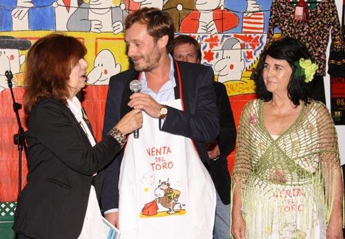 Luis Alfonso de Borbón visita el rastrillo Nuevo Futuro en familia