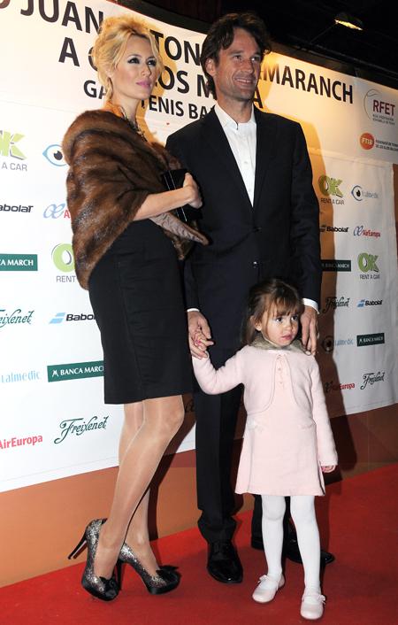 Carlos Moyá recibe un premio de manos de Nadal ante el orgullo de las dos mujeres de su vida