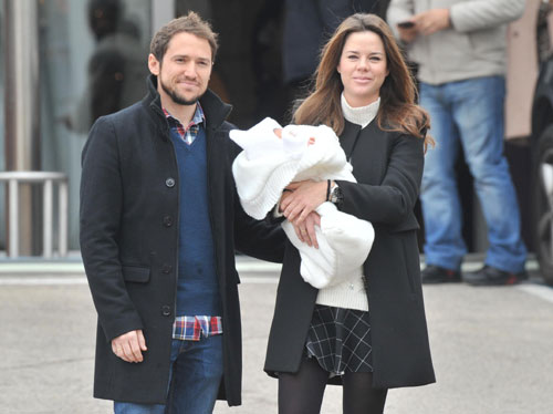 Manuel Martos y Amelia Bono se van a casa con su pequeño Gonzalo