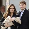 Sara Carbonero e Iker Casillas abandonan el hospital con el pequeño Martín