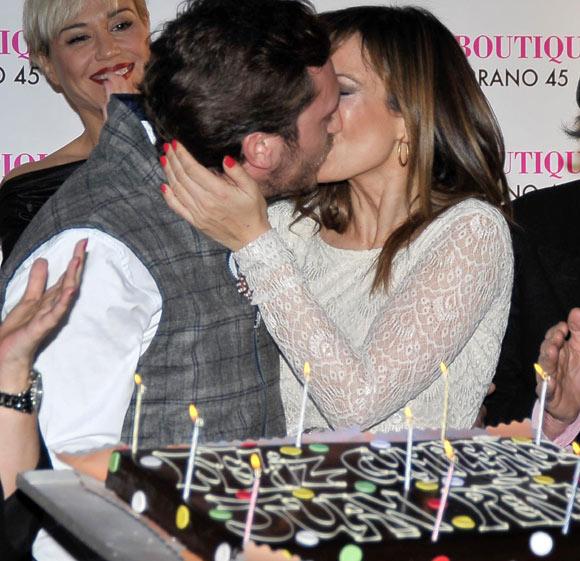 Terelu Campos, Ana Obregón y Marina Danko entonan el cumpleaños feliz a Juan Peña