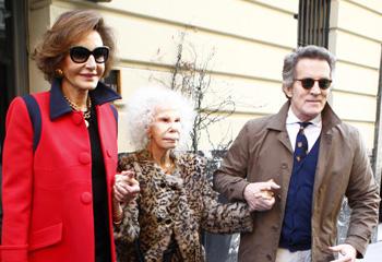 La duquesa de Alba reaparece en Madrid acompañada por su marido y por su amiga Naty Abascal