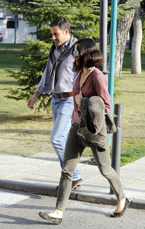 Miguel Báez 'Litri' y su mujer Carolina Herrera, visitan a Enrique Ponce en el hospital antes de ser operado con éxito de la clavícula