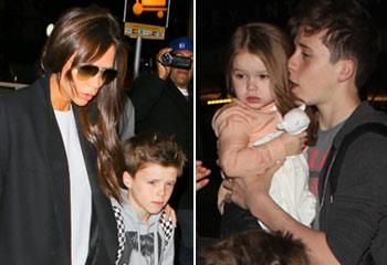 Victoria y Harper Beckham, escoltadas por sus chicos en el aeropuerto de Los Ángeles