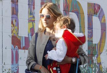 Alba Carrillo con su hijo Lucas, un 'valiente' personaje de cuento por el Día del Libro