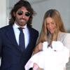 Con emoción y una sonrisa, Javier Hidalgo y Sol González salen del hospital con su primera hija