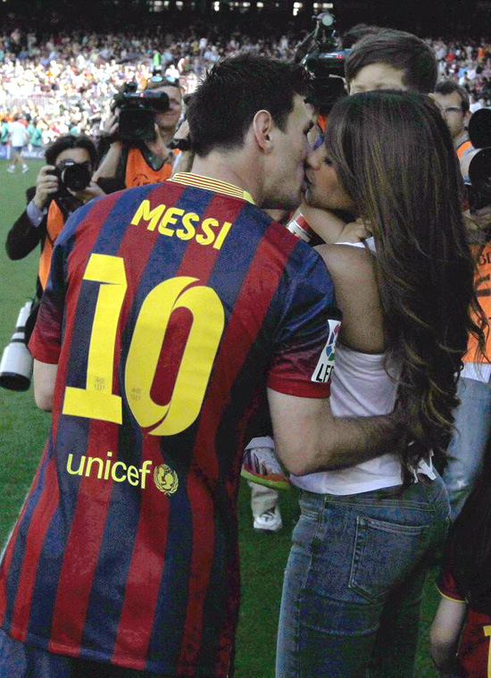 El apasionado beso de Messi a Antonella
