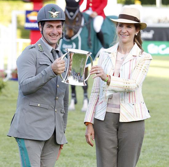 Durante la tercera y última jornada del circuito hípico, la infanta Elena entregó el premio al italiano Emanuele Gaudiano
