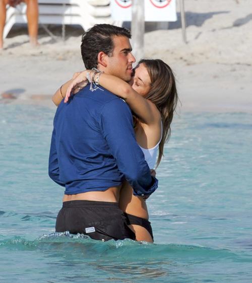 Unos enamorados Elena Tablada y Daniel Arigita lucen sus cuerpos al sol
