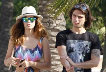 Jessica Bueno y Jota Peleteiro, celebran un año de amor en las playas de Marbella