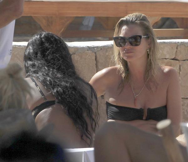 Kate Moss se luce en bikini en Ibiza