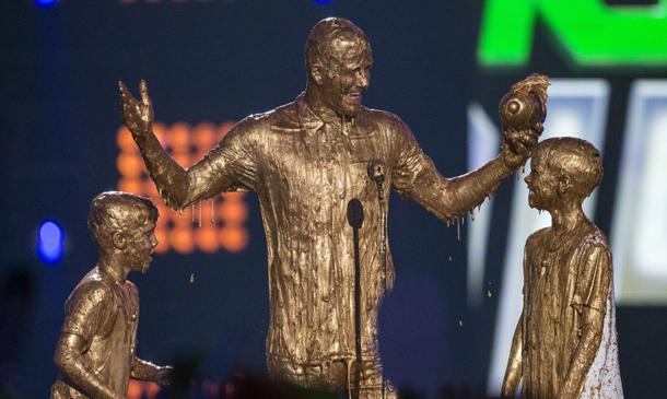 David Beckham y sus hijos se 'bañan' en oro líquido