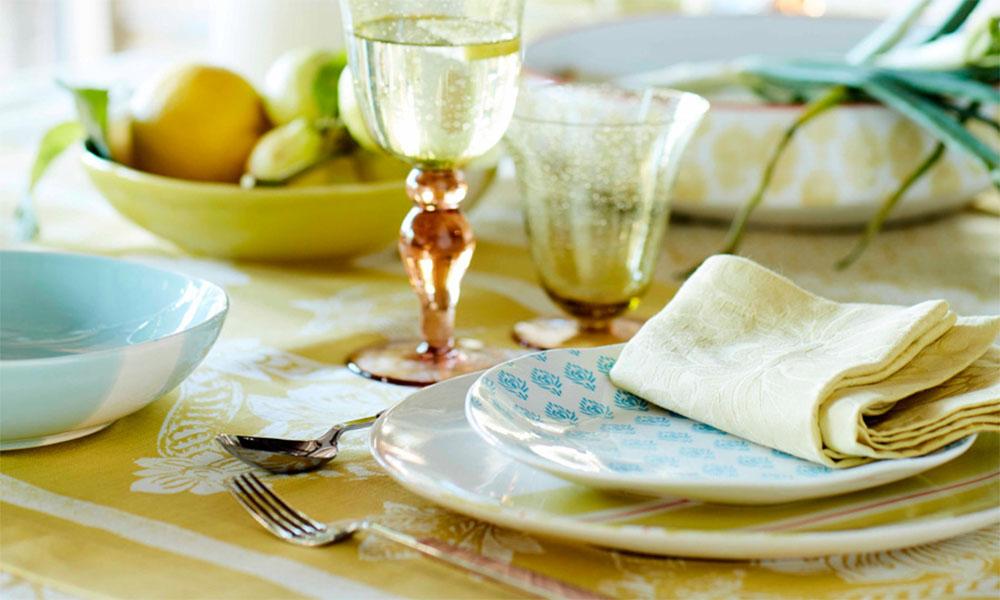 Cubiertos y ensaladeras de lujo: la decoración veraniega para mesas con personalidad