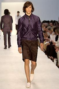 Valentino muestra en Milán un vestuario masculino de lujo