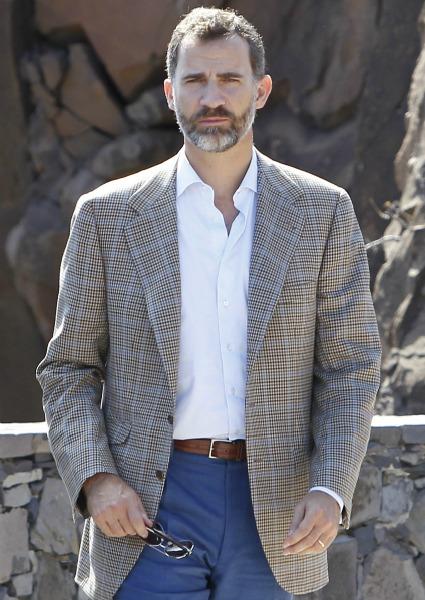 El elegante look sport del Príncipe de Asturias en su visita a La Gomera.  Una colección de trajes ... b50f07dff96