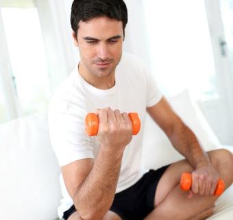 Cuatro ejercicios de 'fitness' para hacer en casa